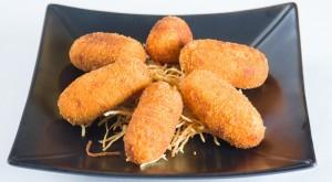 croquetas caseras de marisco con patatas paja