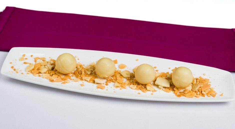 bombones de chocolate blanco rellenos de fruta de la pasion