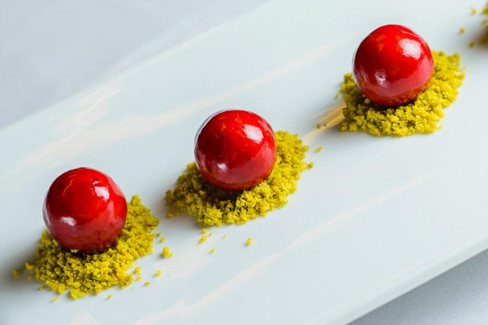 Bombones caseros de foie sobre crujiente de pistachos