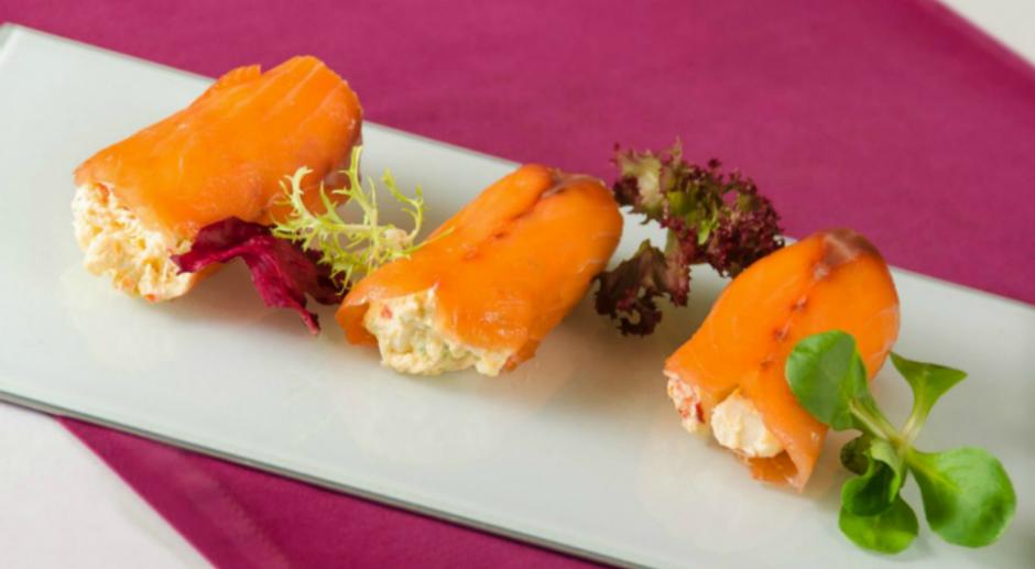 Rollitos de salmón ahumado rellenos