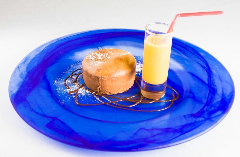 pastel caliente de avellana con sorbete de fruta de la pasion