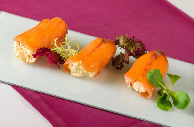 Rollitos de salmón ahumado con tartara de langostinos