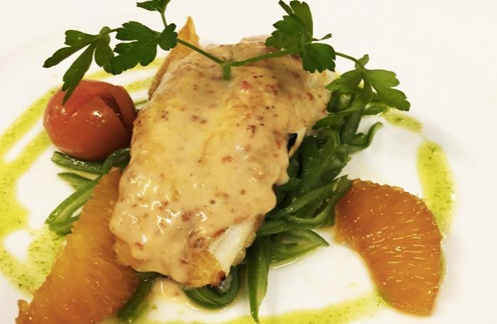 Merluza con verduras salteadas y salsa de marisco