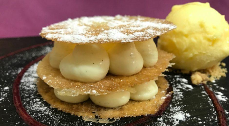 Milhoja crujiente de vainilla con helado de fruta de la pasion