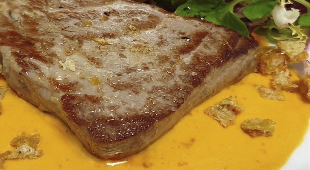 Lomo de atún rojo Balfegó con crema de salmorejo